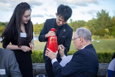 Dr. Don Brash, former Governor of the New Zealand Reserve Bank, Chairman of ICBC (New Zealand), signs on a bottle of Red Xifeng liquor at the NEXT Summit (Sky 2020) on November 25, 2020.